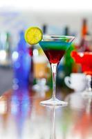 cóctel en la mesa del bar foto