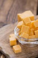 queijo cheddar em cubos (em madeira)