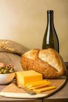 Bodegón con queso y pan de salchicha foto