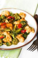 peitos de frango em molho de soja e legumes salteados