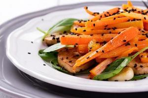 salada de tofu com cenoura, espinafre e gergelim