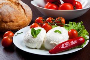 mozzarella, verduras y tomates foto