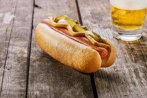 cachorro-quente com mostarda, picles e cebola