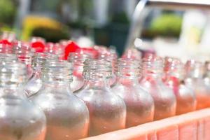 cerrar botella de vidrio que contiene aceite foto
