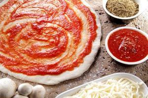 pizza cruda tomate champiñones y queso foto