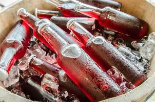 bebidas frescas rojas con helados closeup
