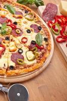 pizza de salami y vegetales foto