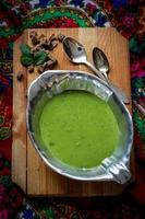 sopa de guisantes cremosa con pan integral foto