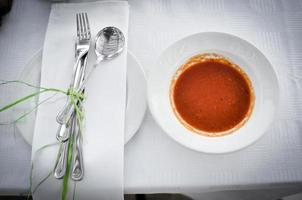 sopa de tomate en un tazón foto