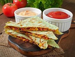 quesadilla messicana affettata con verdure e salse