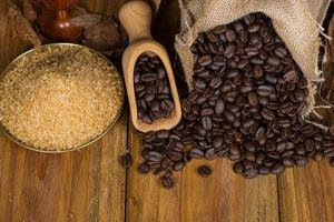 Café cubano, ron y azúcar de caña en la mesa foto