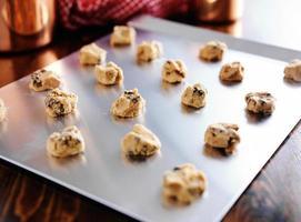 bandeja para hornear llena de masa formada para galletas con chispas de chocolate foto
