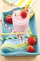 batido de leche con fresas frescas foto