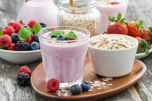 delicious berry smoothies with oatmeal