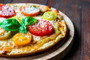 pizza con tomate y queso foto