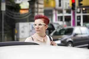 Retrato de mujer pelirroja en la calle