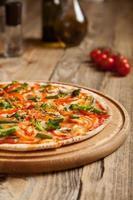 """pizza italiana """"vegetariano"""" em uma mesa de madeira."""