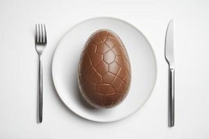 huevo de pascua de chocolate en placa foto