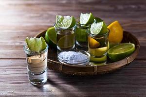 tequila dorado con sal y lima foto