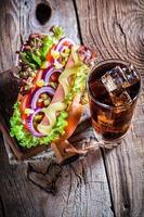 hot dog fresco con bebida fría foto