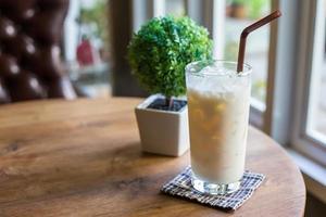 lait de noisette sur table en bois