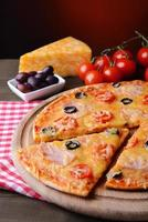 smakelijke pizza op tafel op donkere rode achtergrond