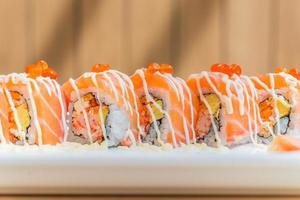 rollo de sushi de salmón foto
