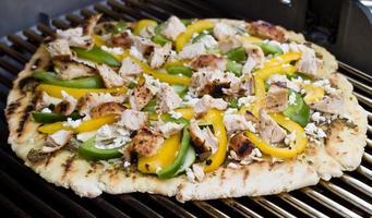pizza gourmet a la parrilla - estilo mediterráneo foto