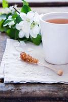 xícara de chá verde e flor