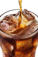 Vaso de Coca Cola se vierte y efervescencia