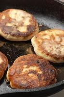 cocinar: freír panqueques foto