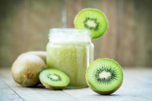 pedazo de kiwi sobre fondo de jugo de kiwi foto