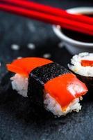 sushi, pauzinhos e wasabi