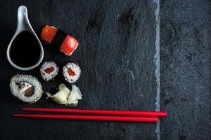 sushi japonês com pauzinhos de cima
