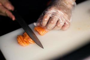 chef rebanar salmón en el hotel foto
