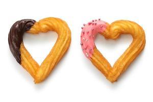 churro casero con forma de corazón, postre del día de san valentín foto
