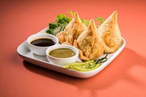 sabroso samosa, bocadillos favoritos para la hora del té en la india foto