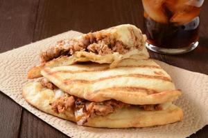 sanduíche de frango no pão naan