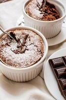 soufflé de chocolate tradicional foto