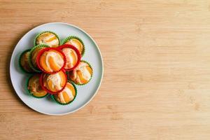 galletas de magdalena caseras en platos para hornear foto