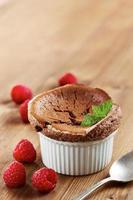 delicioso soufflé de chocolate individual foto