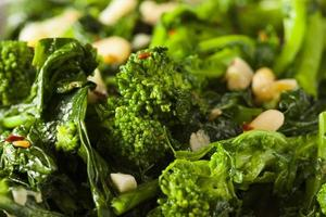 Rabe de brócoli verde salteado casero foto