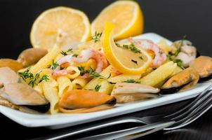 Pasta with mussels, shrimp and lemon