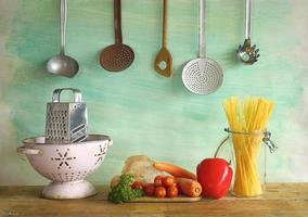 verduras, espagueti, utensilios de cocina