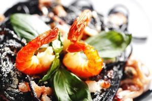 espagueti negro con mariscos