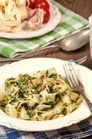 espagueti con espinacas y tocino. foto
