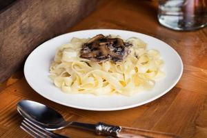 espagueti italiano con champiñones closeup foto
