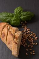 Baguette Weizen auf Schiefertablett