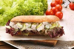 sandwich con pollo en salsa de ajo foto
