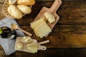 delicioso queso maduro con crujiente baguette y vino foto